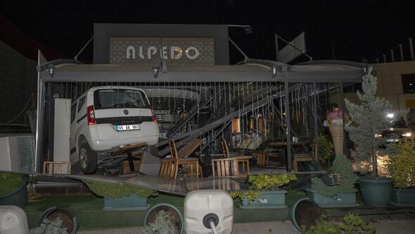 Kontrolden çıkan araç kafeye daldı