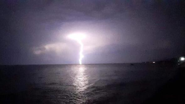 Çanakkale'de şimşekler geceyi aydınlattı