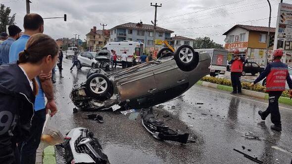 İki otomobil kavşakta çarpıştı: 7 yaralı