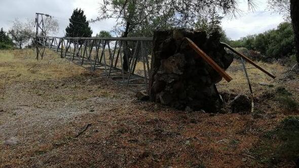 Ayvacıkta fırtına çatıları uçurdu, ağaçları ve direkleri devirdi