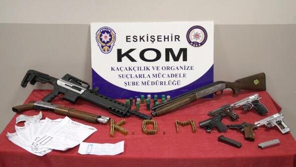 Polisin arama yaptığı adreslerde, tabanca ve av tüfekleri bulundu