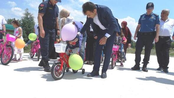 Hisarcıkta, çocuklara bisiklet hediye edildi
