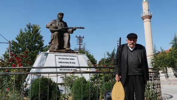 Aşık Yoksul Dervişin heykeli köyüne dikildi