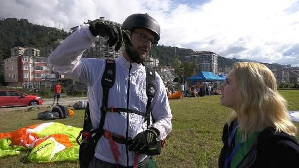 Tesadüfen paraşütle yarışmanın ortasına inen turist ödüllendirildi