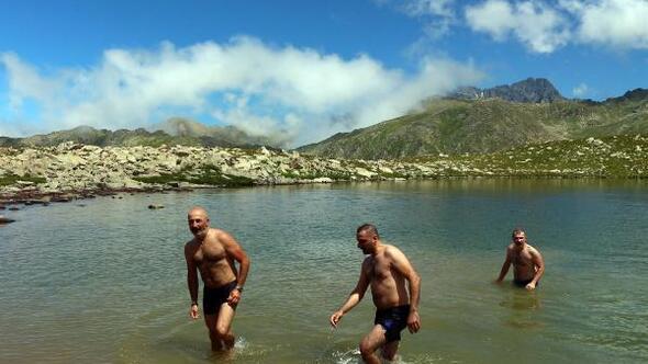 Buzul gölünde yüzdüler