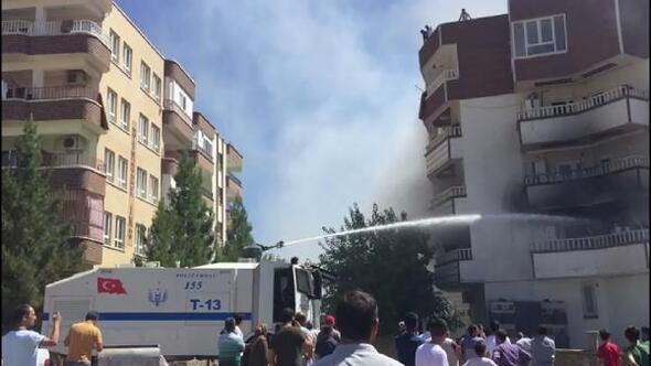 Binada yangın çıkınca terasa sığınanları, polis ve itfaiye kurtardı