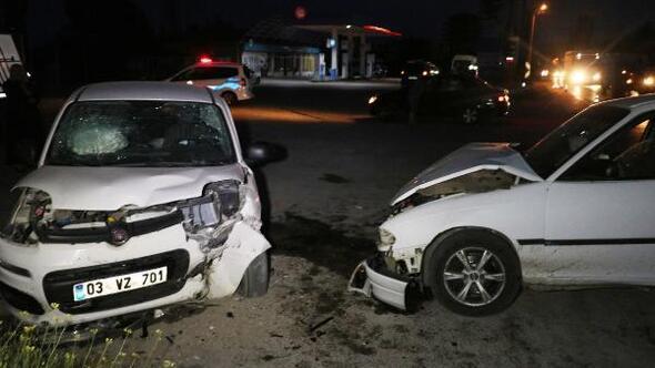 Afyonkarahisarda iki otomobil çarpıştı: 6 yaralı