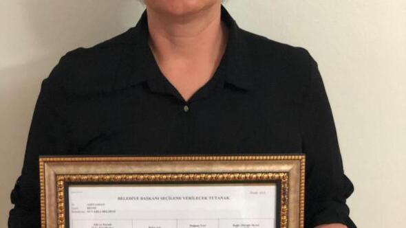 AK Partili Gülfer Ağır mazbatasını aldı