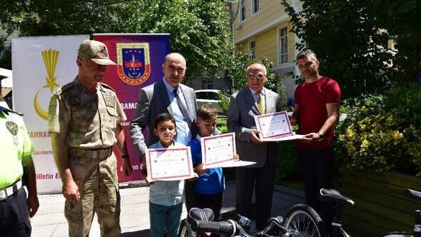 Trafikte anne ve babalarına verdikleri not bisiklet kazandırdı