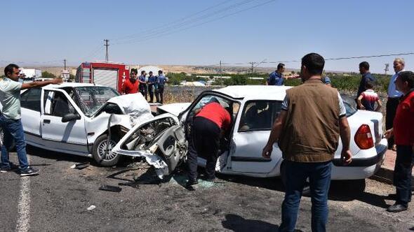 İki otomobil kafa kafaya çarpıştı; sürücüler sıkıştı