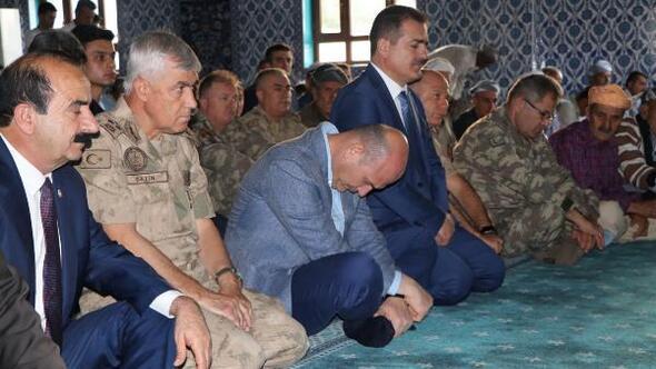 Bakan Soylu, bayram namazını sınırın sıfır noktasında kıldı