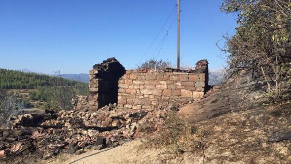 Manavgatta yangın; 4 ev, 4 samanlık ve ahır yandı