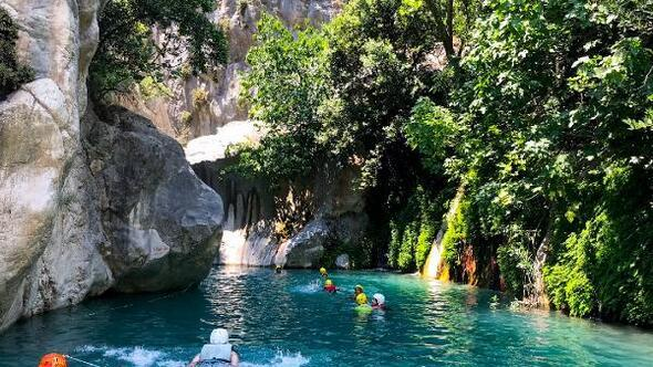 Göynük Kanyonunun güzelliklerini keşfedip, suyunda serinliyorlar