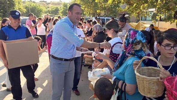 Ahmetbey Belediye Başkanı, çocuklara bayram şekeri yerine kitap dağıttı