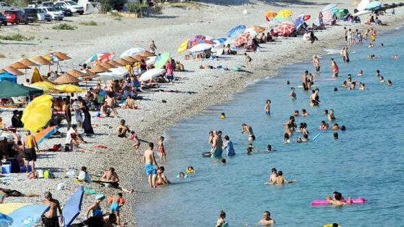 Demre sahilleri tatilcilerle doldu