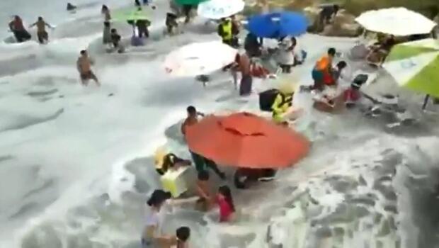Plajı vuran büyük dalga panik yarattı