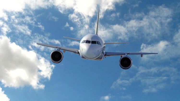 Uçakta 16 yaşındaki genci zorla öpen kadına 1500 TL ceza