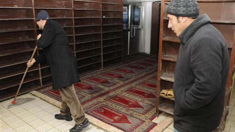 İmam 'bakanlar'ı savununca cemaat camiyi terk etti