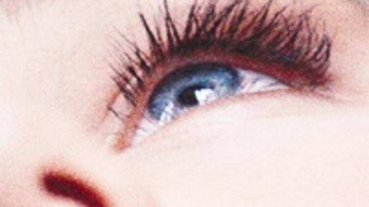 Türk kadını göz makyajsız sokağa çıkmıyor, pazar 2 milyar TL'ye gidiyor