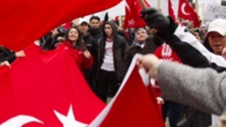 İsveç'teki Türkler 'soykırım' tasarısını protesto etti
