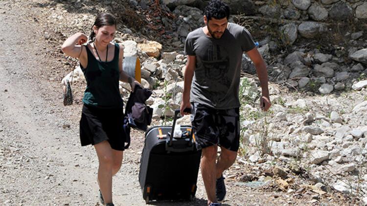 Eline valizini alan kaçıyor