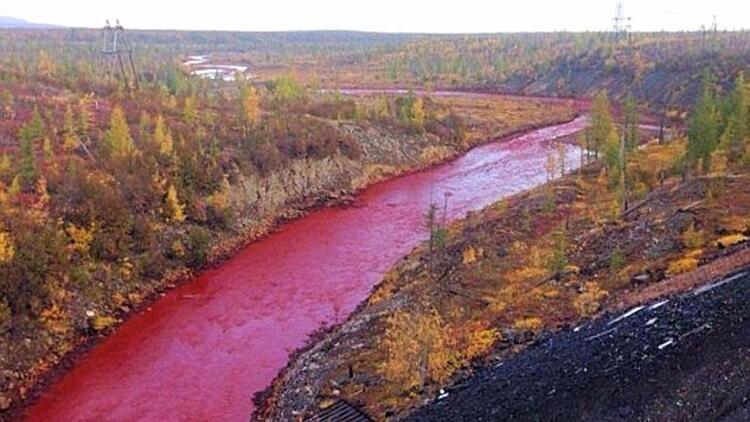 Kan kırmızı nehir görenleri hayrete düşürdü!