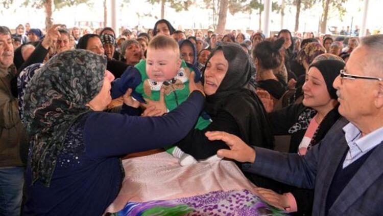 6 aylık bebeğini tabutun üzerine koyarak son yolculuğuna uğurladılar