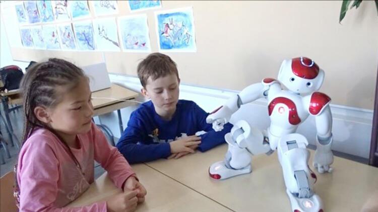 Robot öğretmen 'Elias' ders başında