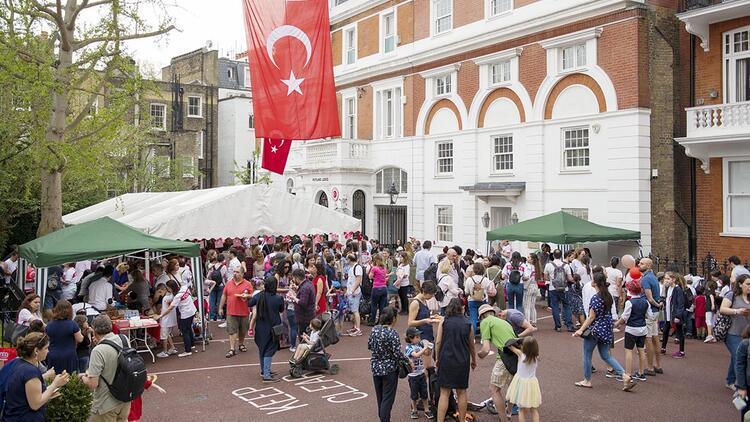 23 Nisan kutlamaları Londra'da sokağı kapattı, İsveç'te 10 bin kişi katıldı