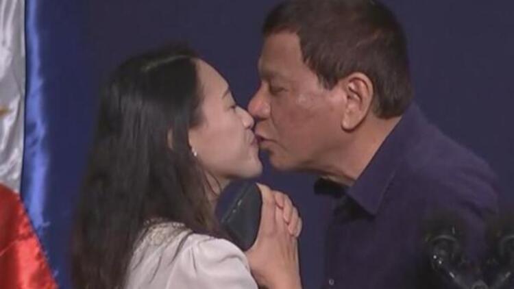 Son dakika haberleri.. Devlet başkanının skandalları bitmiyor! Zorla dudağından öptü...