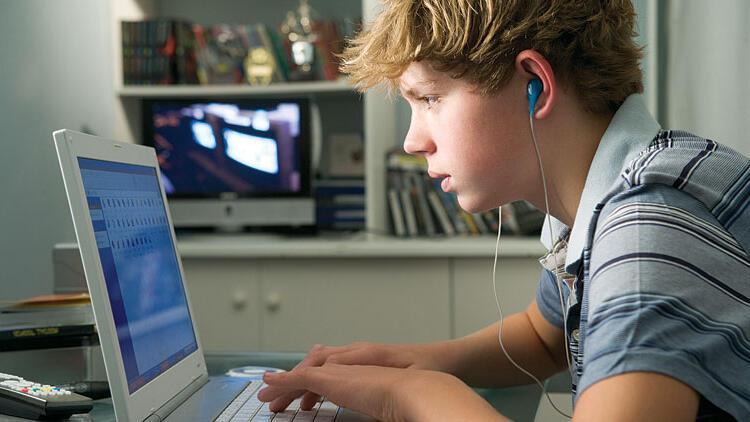 Fazla çevrimiçi olmak gençleri mutsuz ediyor