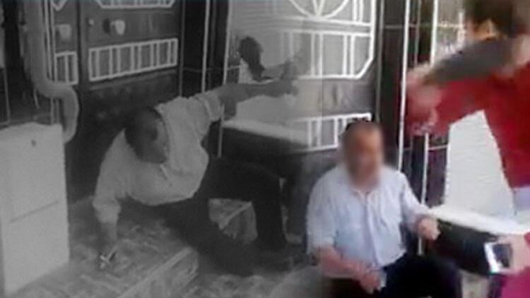 Taciz şüphelisini terlikle dövüp, polise teslim ettiler