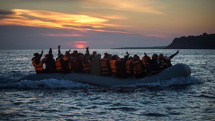 Ege Denizi'nde göçmenleri taşıyan bot battı