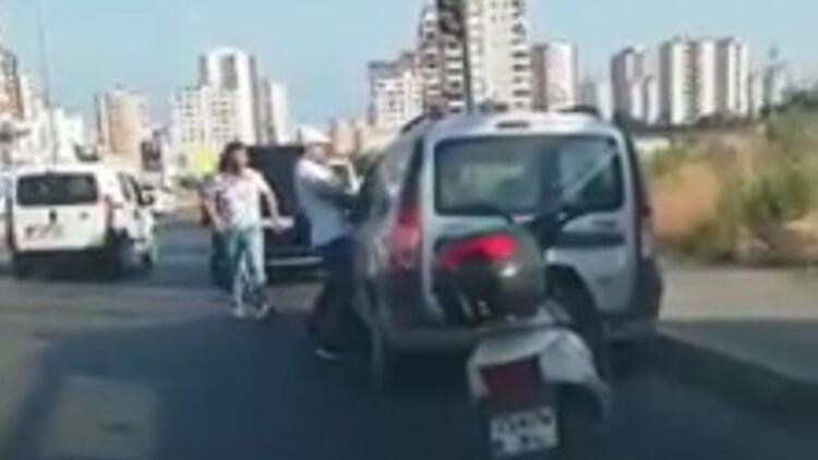 Arabanın camından şoförü dövdü