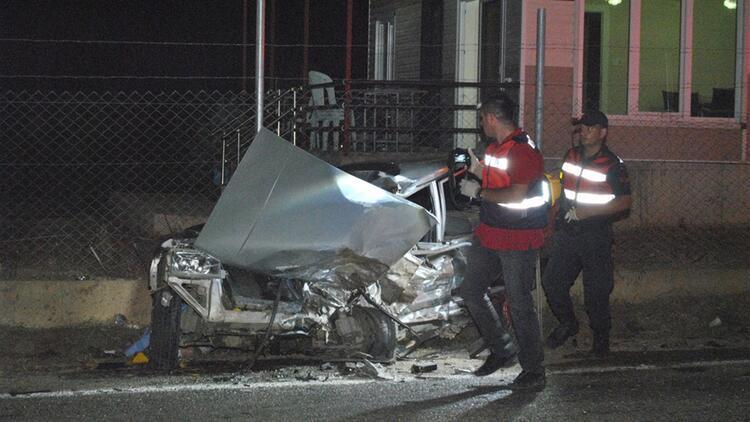 İzmir'de 2 otomobil çarpıştı: 2 ölü, 1 ağır yaralı