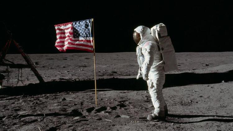 """""""Ay'a seyahat sahte"""" diyen komplo teorileri nasıl çürütülüyor?"""