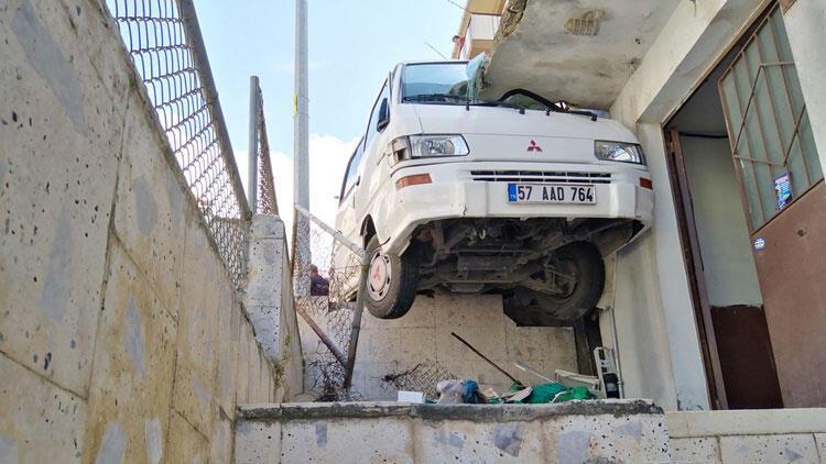 Akılalmaz kaza! Minibüs yol ile balkon arasına sıkıştı