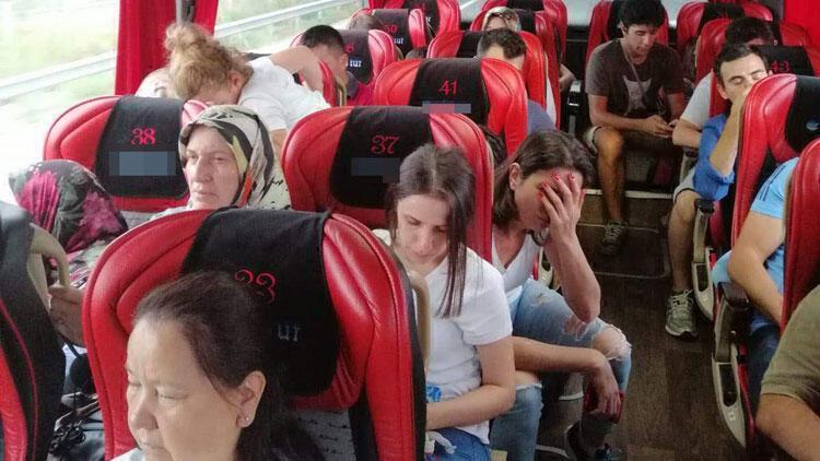Otobüste boş koltuk olmayınca merdivende yolculuk ettiler!