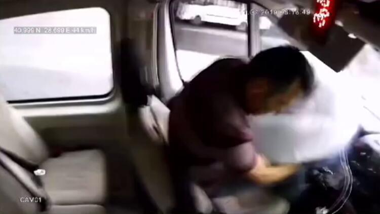 Trafik levhasına çarpan minibüs şoförünü hava yastığı kurtardı
