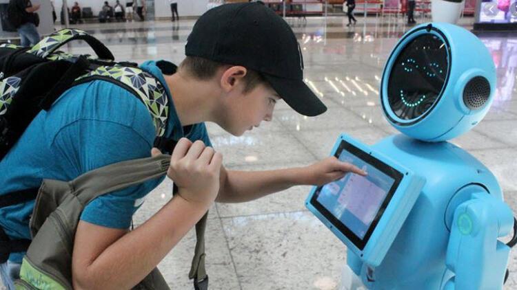Havalimanındaki danışma robotlarına yoğun ilgi