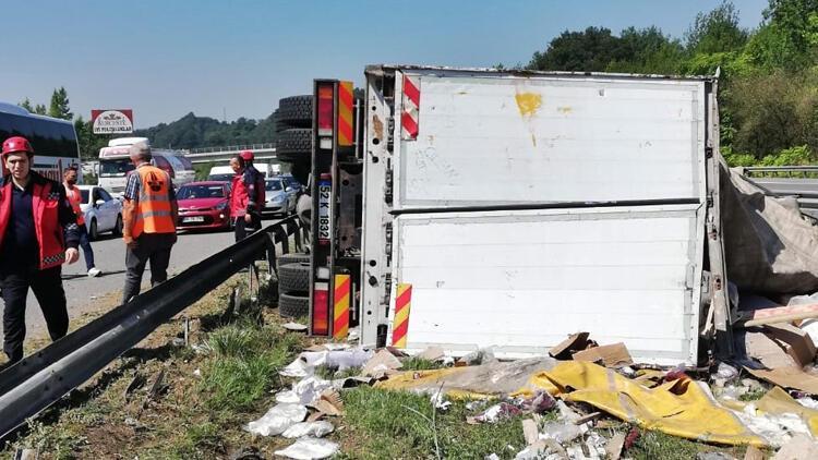 TEM'de devrilen kamyondaki kıyafetler refüje saçıldı