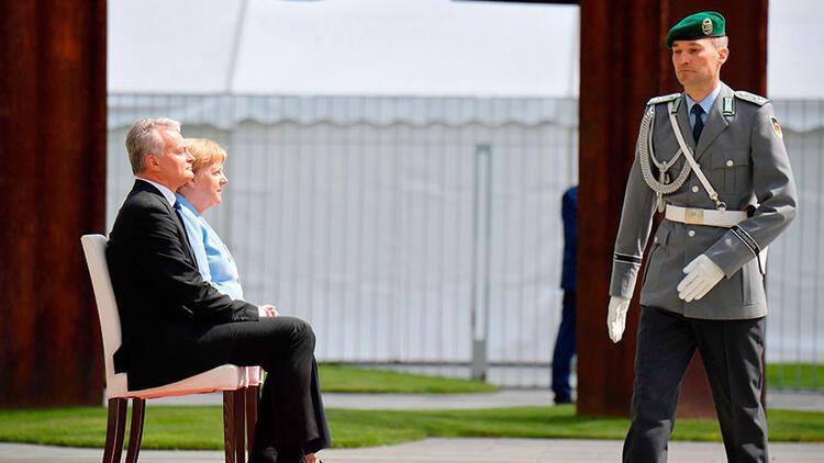 Merkel yine oturdu