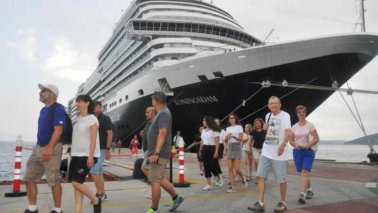 Dev gemi, Kuşadası'na 3 bin 100 turist getirdi