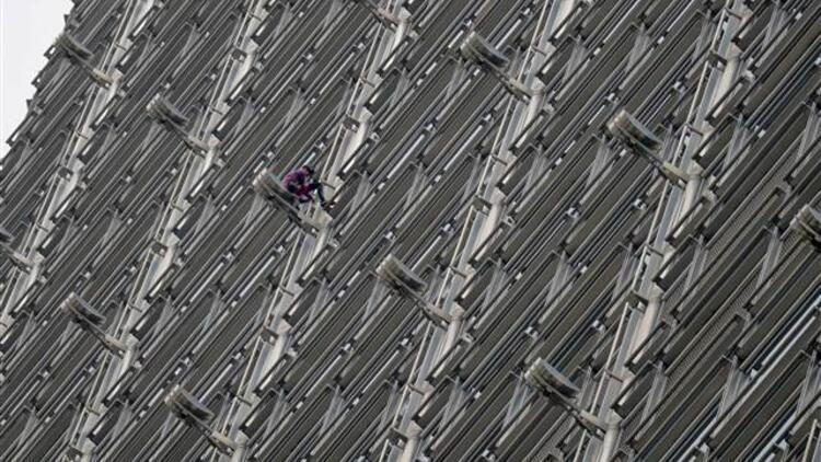 Fransız 'Örümcek Adam' Hong Kong'da gökdelene tırmandı