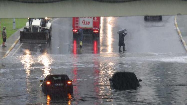 Ataşehir'de araçlar mahsur kaldı