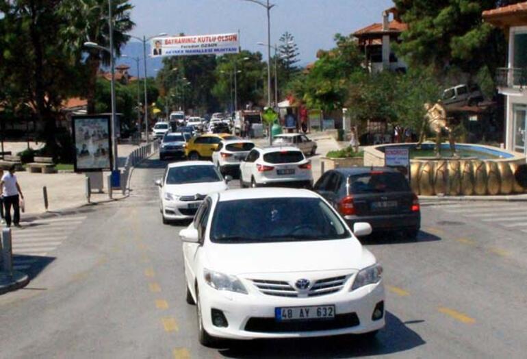 Akyakaya turist akını Nüfus patladı, araba koyacak yer kalmadı