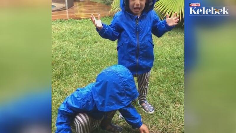 Çocuklarının yağmur sevincini paylaştı