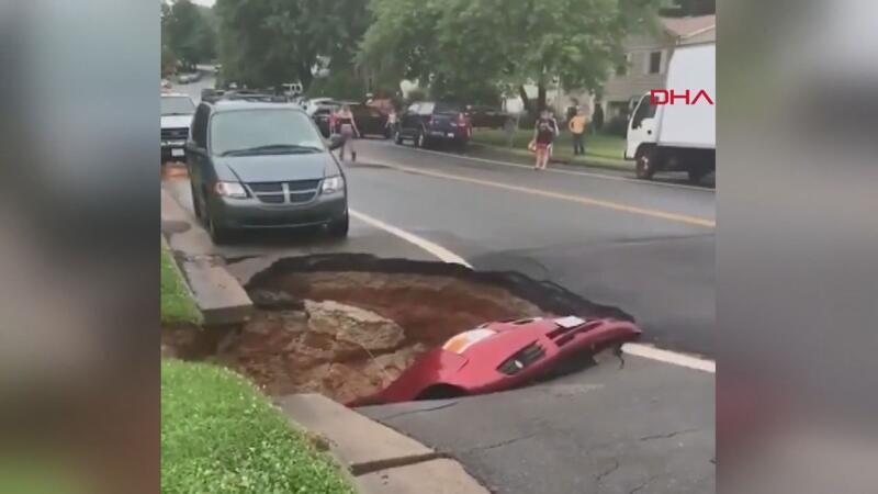 ABD'de çöken yol, otomobili böyle yuttu