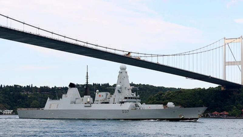 İngiliz savaş gemisi Boğaz'dan geçti