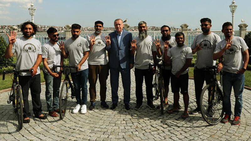 Londra'dan bisikletlerle yola çıkan hacı adayları Cumhurbaşkanı Erdoğan ile görüştü